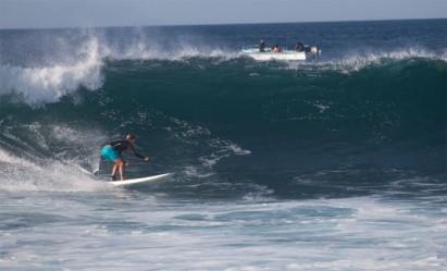 1ª supista brasileira a surfar em Galápagos