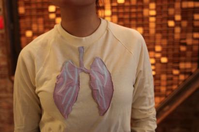 Camisetas reagem à poluição e mudam de cor