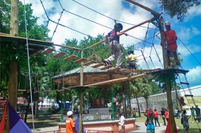 O arvorismo é uma das atividades dos acampamentos