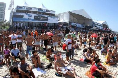 A areia foi palco para os amantes do surfe