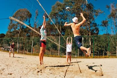 Vôlei de praia é um esporte presente nos acampamentos